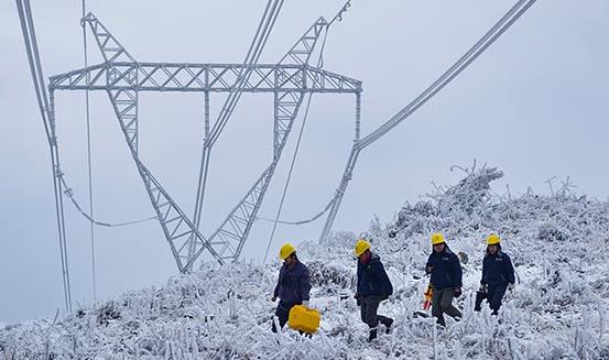 冰雪地里的高压电线巡线员