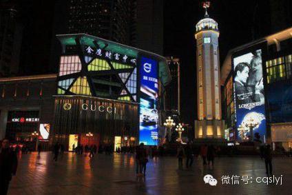 在朝天门可以看到两江交汇,黄色的长江与碧绿的嘉陵图片