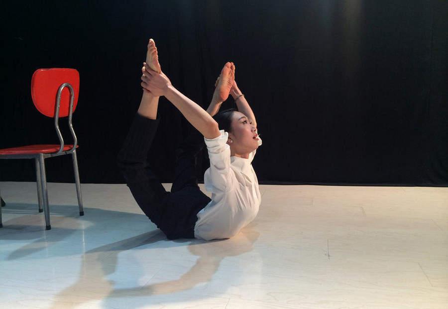 实拍因练柔术对折身体的中国美女 新华网重庆