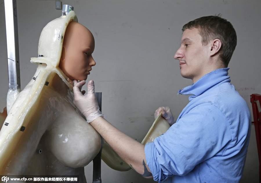 探秘法国硅胶娃娃工厂:可私人订制眼睛颜色