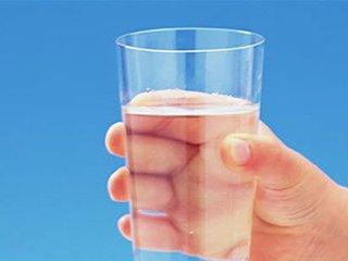 晨起空腹一杯水,适合你吗?听听专家的说法