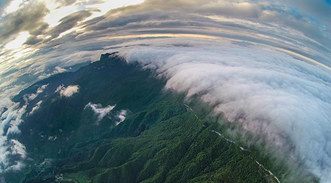 航拍夏日初晴时刻的金佛山 云挟群山显瑰丽