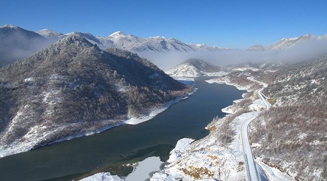 无人机航拍雪后红池坝 群山覆雪云雾笼罩