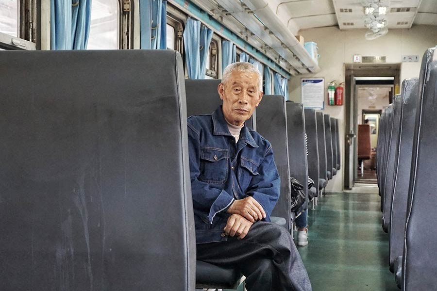 特寫:行駛在川黔鐵路線上的綠皮火車