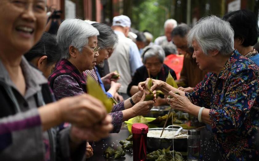 重慶老人包粽子迎端午佳節