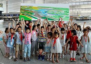 六一将至 重庆儿童用笔尖绘制江北机场T3航站楼