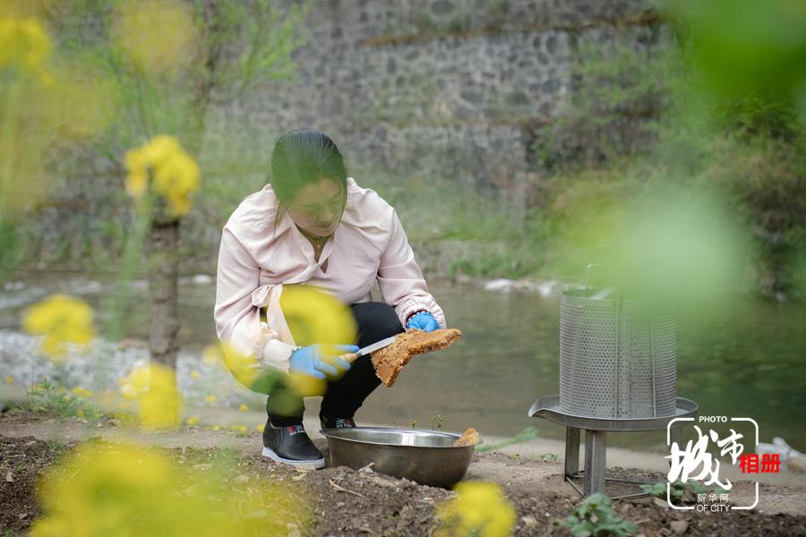 雖然不如連發明幾十年的積累,吳小錢養蜂也有十來個年頭了。東安鎮臨近中國亢谷,每到割蜜的季節,遊客來到東安鎮遊玩時,便可現場割蜜,過濾,售賣。新華網 李相博 攝