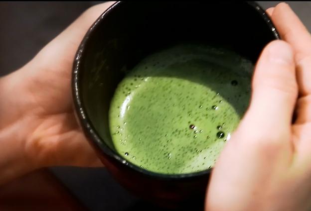 一杯好抹茶會在黑色釉盞裏泛起白色泡沫,好像冬天的雪花