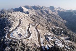 航拍重庆酉阳:穿雪而过的路