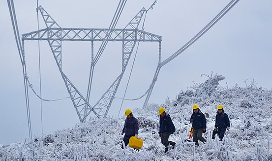 冰雪地裏的高壓電線巡線員