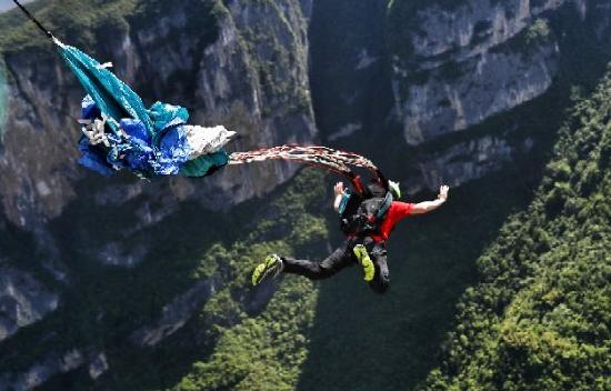 2018世界低空跳伞大赛在云阳举行 顶级选手挑战云端廊桥