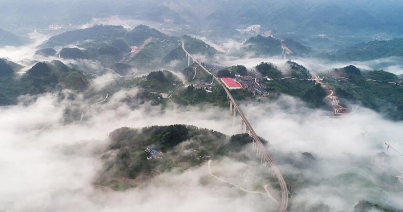 """航拍云雾里的""""网红桥""""——重庆周家山大桥"""