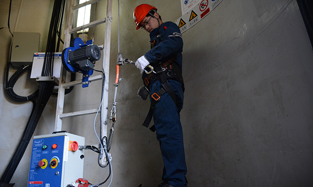 風機機艙狹窄 夏日裏高溫悶熱 對檢修人員是極大考驗