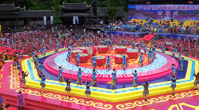 重庆:万人齐跳踩花山 共庆苗族传统节日