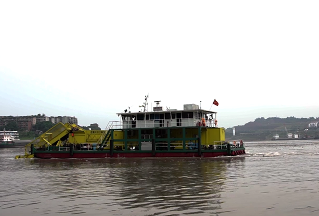 重慶為加快建設長江上遊重要生態屏障,投入了更多大型專業打撈船