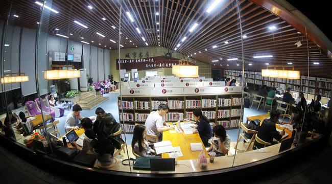 重慶圖書館24小時城市書房不打烊 燈火通明書香濃