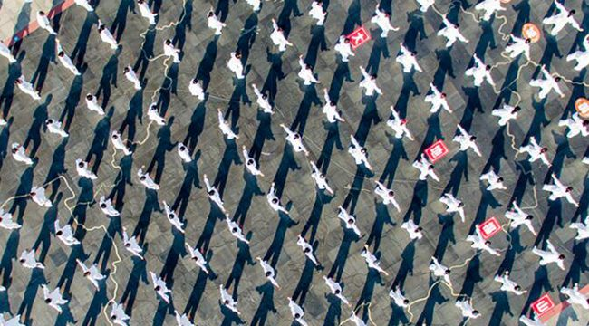 全民健身日 无人机航拍重庆万人健步走壮观场面