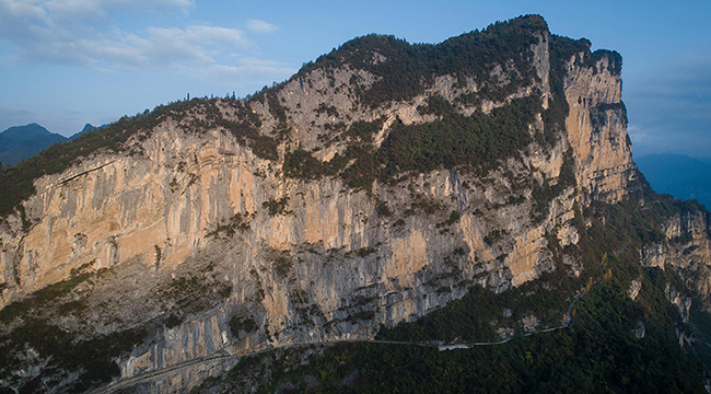 """航拍重庆""""悬崖天路"""" 一侧便是悬崖峭壁"""
