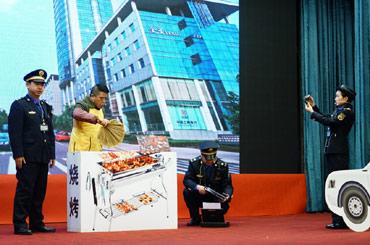 兩江新區城市管理執法代表隊模擬處置違法佔道經營行為