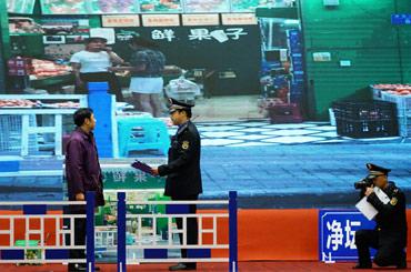 巫山縣城市管理執法代表隊模擬處置違法拆除人行道護欄行為