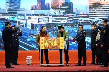 九龍坡區城市管理執法支隊模擬整治佔道經營行為