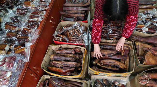 重慶黔江:煙熏臘肉年味濃