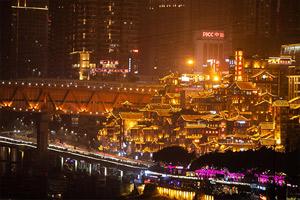 正是渝州新年時,燈火輝映歸家路