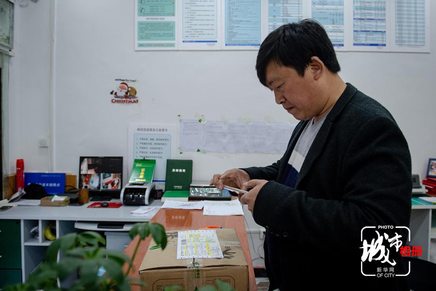 2015年起,范中福開始了自己的電商事業。遊客到亢谷旅遊後,感受當地特色的土特産,有興趣的便可通過微信等形式找老范再次購買。通過這種線下體驗加二次購買的形式,范中福將蜂蜜的銷路拓展到了五湖四海。新華網 李相博 攝