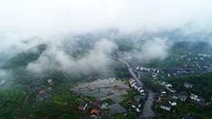 航拍萬盛青年鎮:雲霧繚繞似仙境