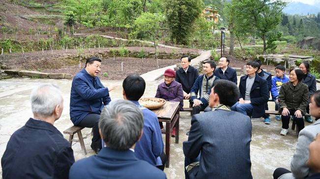 """習近平在重慶考察並主持召開解決""""兩不愁三保障""""突出問題座談會"""