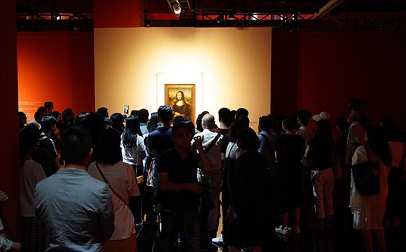 重慶美術館二樓原本展墻是白色,為此次特展封閉改造,被刷成了暖紅色