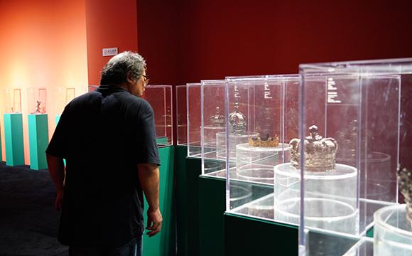 展覽現場擺放了12頂17世紀的銀制皇冠