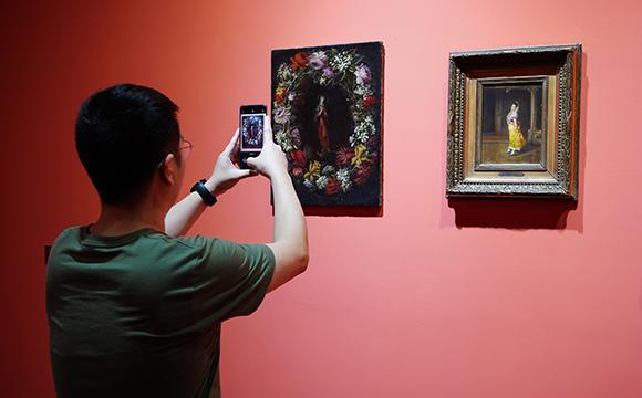 琳瑯滿目的展品吸引不少遊客拿起手機拍拍拍
