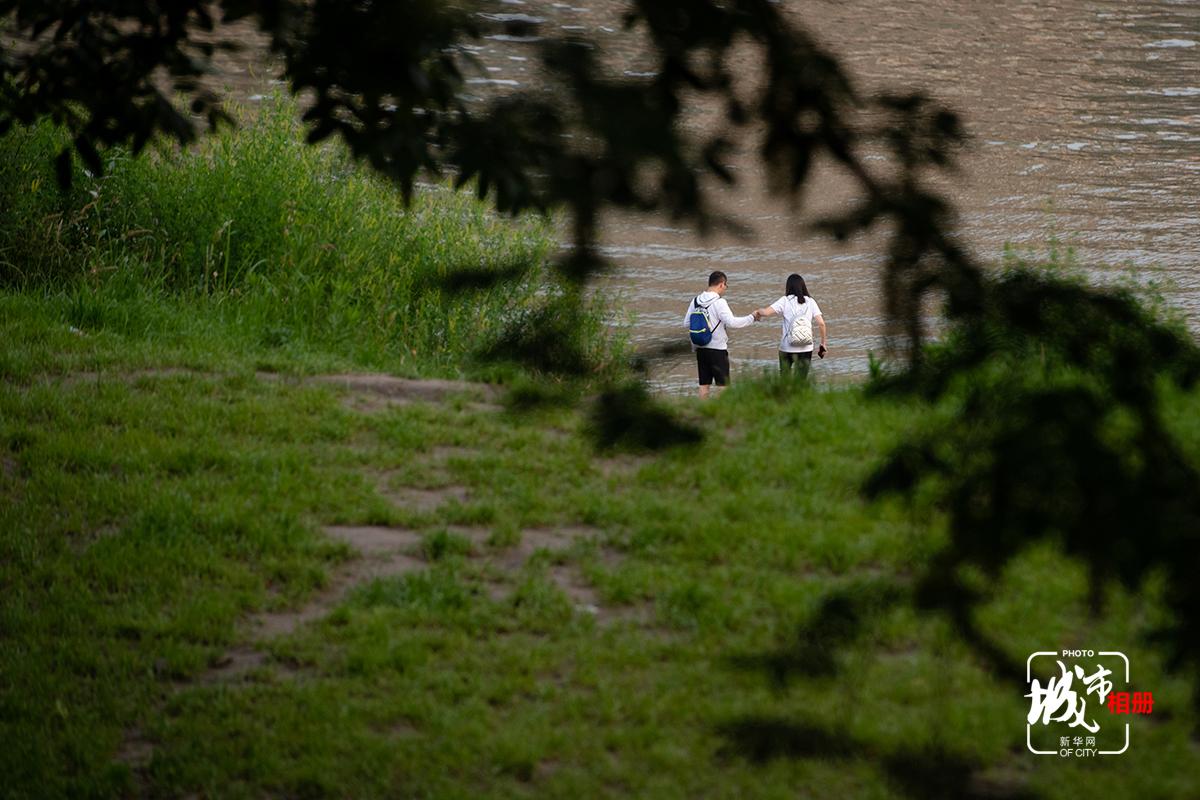 漲水之前,江畔芳草萋萋。江水總與每一個重慶人息息相關。去江邊散散步,放慢步伐,緩緩前行,看江水靜靜流淌,這是近在咫尺的美好,也是忙碌的都市生活中簡單的小幸福。新華網 李相博 攝
