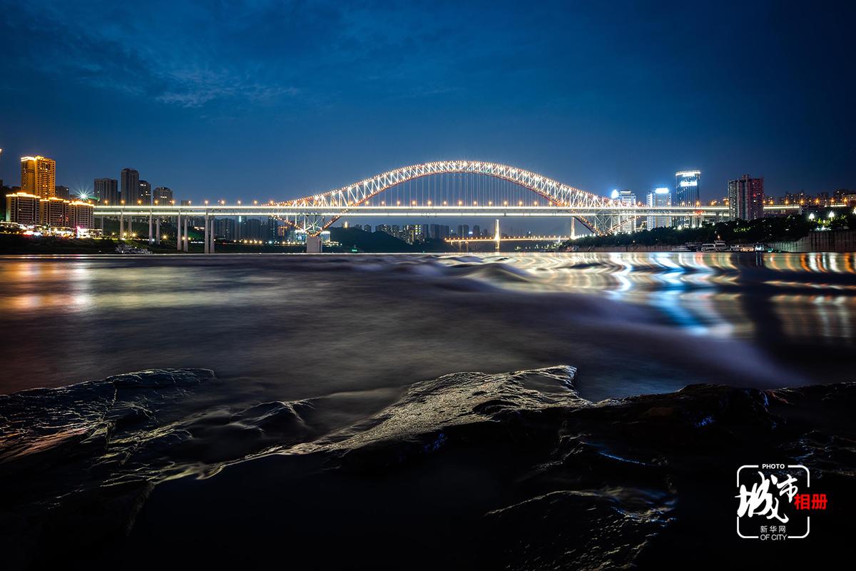 進入汛期,水位上漲,雖把綠地、淺灘覆蓋了,卻讓這一江水畔有了別致的風景。上漲的江水讓江面更加開闊,江風徐徐,水面微皺,氤氳了城市的燈火倒影,柔和了城市的堅硬棱角,此刻,城市與江水溫柔相擁。新華網 李相博 攝
