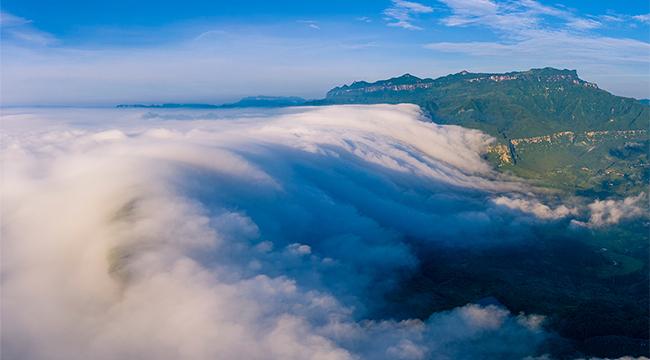 航拍重慶金佛山雲瀑 一瀉千裏氣勢恢宏