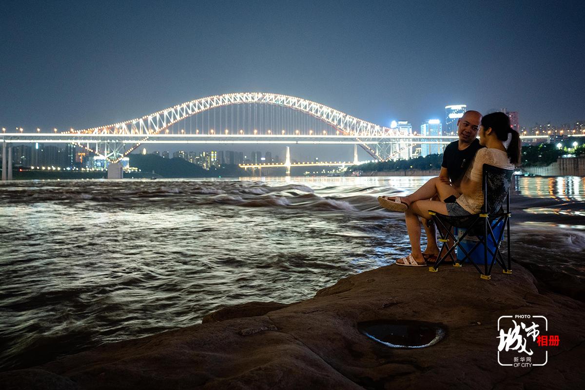 潮起潮落是大江的脈搏,也與這城市的呼吸緊緊相連。看著這漲水後的寬闊江面、翻涌波濤,心也變得更加開闊。這滔滔江水,充滿著一股渾然天成的豪邁,使得山城兒女談笑間,自帶明朗直爽的大氣。新華網 李相博 攝