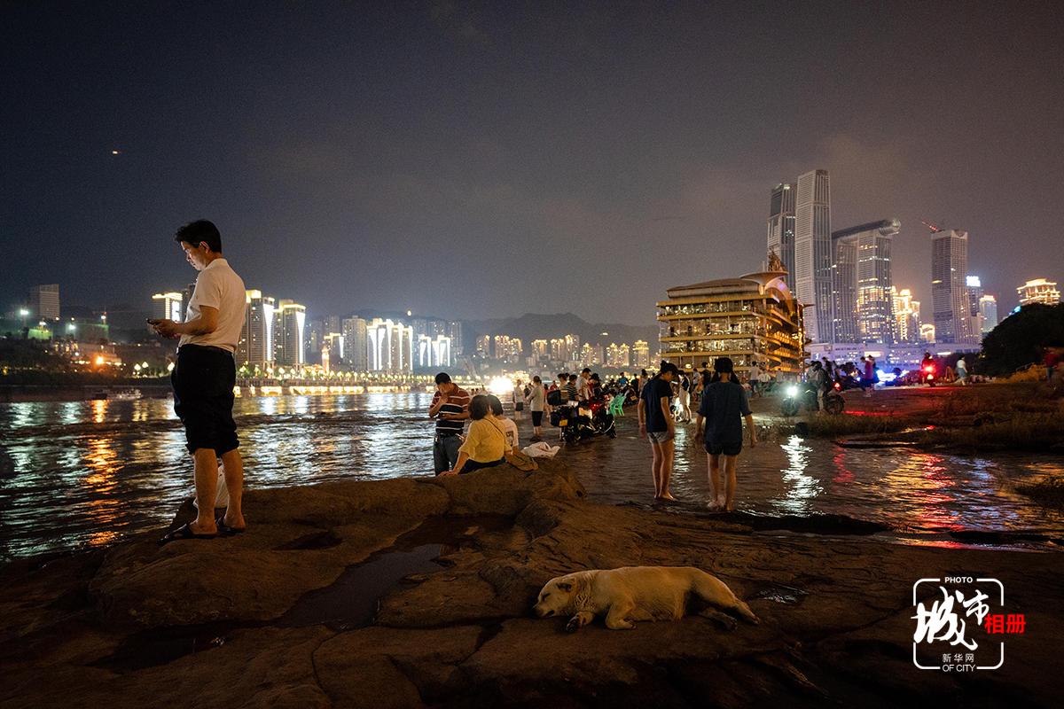 江水起起落落,看江水的人,來了又離去,但每年卻從未失約。這是城市與江的默契,也是他們每年心照不宣的約定。都市喧囂,從沒有切斷過重慶人與江水的血脈聯係,也只有到了江邊,才是到了真正的老重慶,才圓了重慶人心中的鄉愁。新華網 李相博 攝