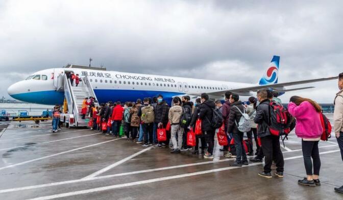 重慶南川:包機護送69名農民工赴粵返崗