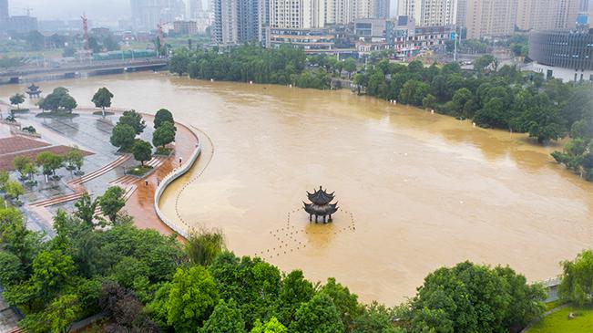 直擊:南川暴雨致鳳嘴江河水上漲 濱河公園被淹