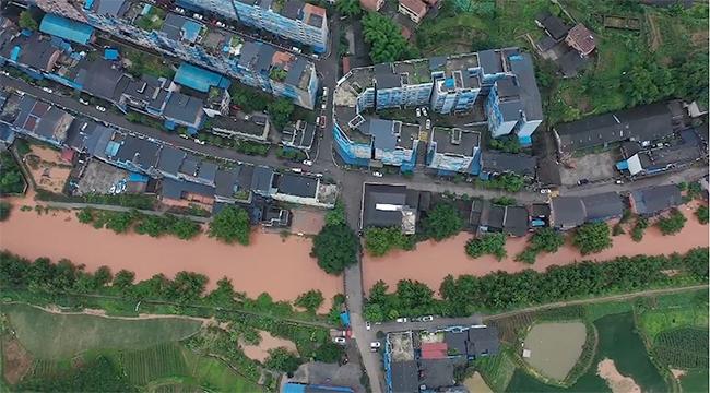 航拍:重慶江津暴雨河水倒灌 部分商戶被淹