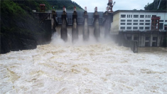 酉酬水電站開啟5個閘門泄洪