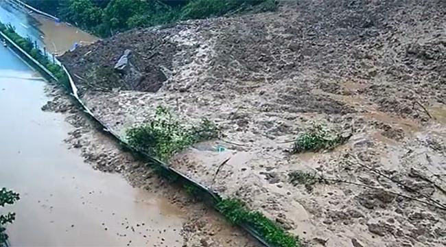 監控視頻現場抓拍:重慶綦萬高速遭遇山體滑坡中斷
