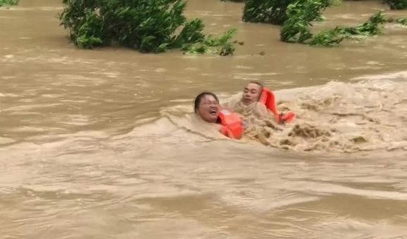 暖心!夫妻被困河中,眾人生死救援