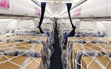 包機支援新疆 7噸核酸檢測試劑盒運抵烏魯木齊