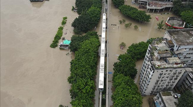 航拍重慶單軌洪水中穿行