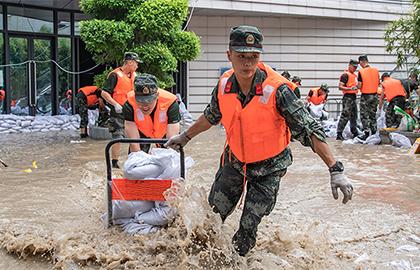 救援,在被洪水漫過的街巷之間——直擊重慶長江、嘉陵江抗洪一線