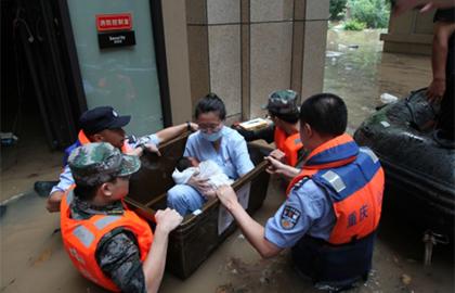 洪流中,站立的城市,逆行的他們!