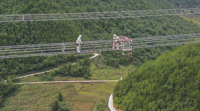 國家電網公司完成首次山地特高壓線路直升機帶電檢修任務