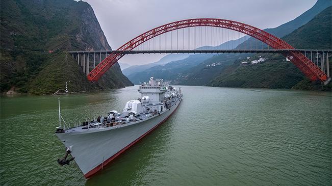 航拍:退役驅逐艦珠海艦抵達重慶 正經過三峽庫區